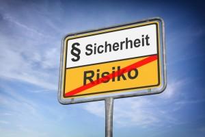 Schild über Sicherheit und mit durchgestrichenem Risiko